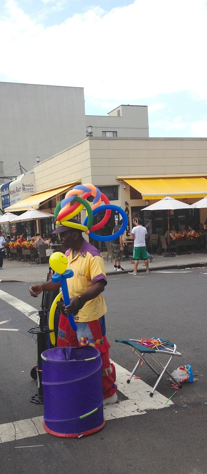 balloon-guy-30th-avenue-street-fair-september-1-labor-day-astoria-queens