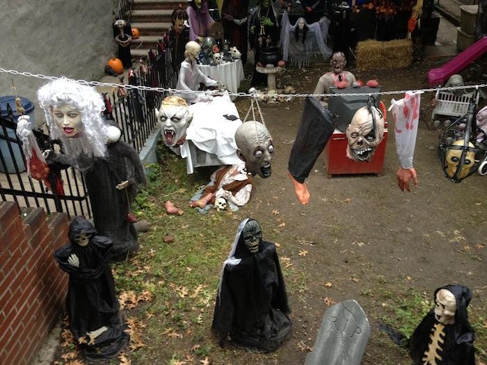 hanging-heads-28th-avenue-house-halloween-astoria-queens