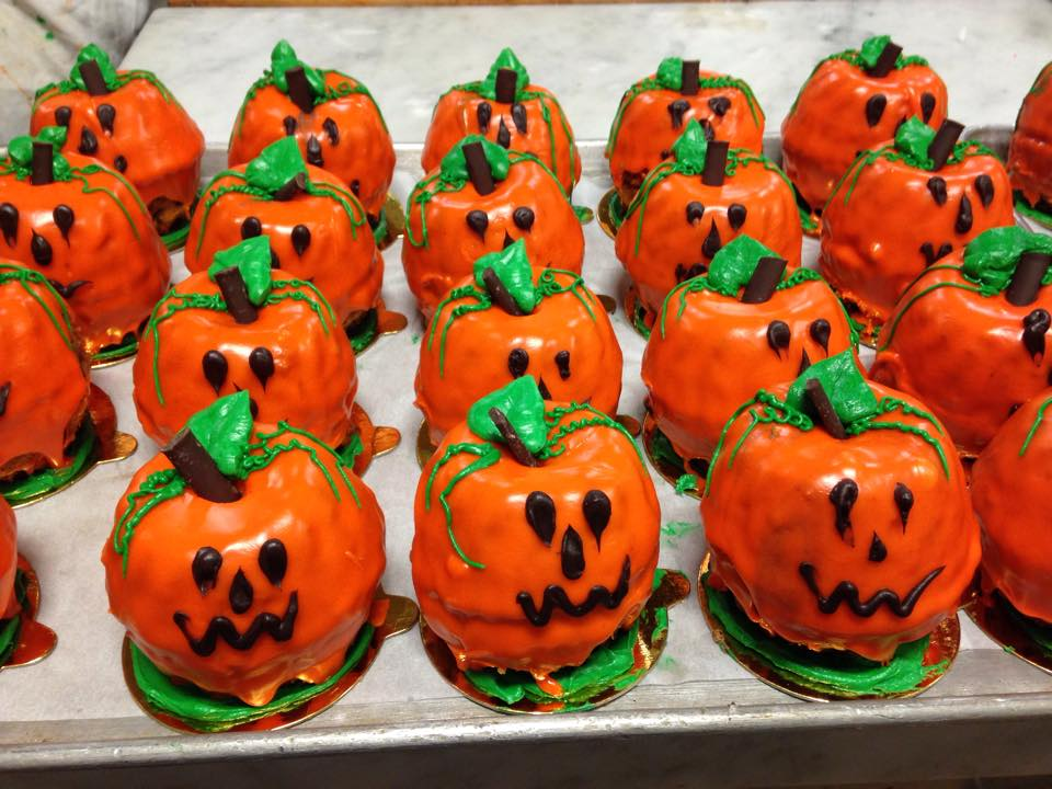 jack-o-lantern-mini-cakes-lelis-bakery-astoria-queens