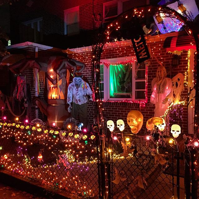 elaborate-front-yard-decorations-halloween-ditmars-astoria-queens
