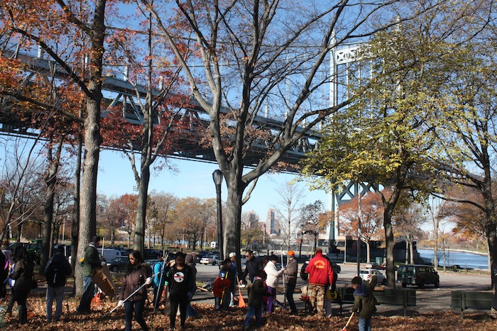 volunteers-starting-to-work-leaf-fest-astoria-park-queens
